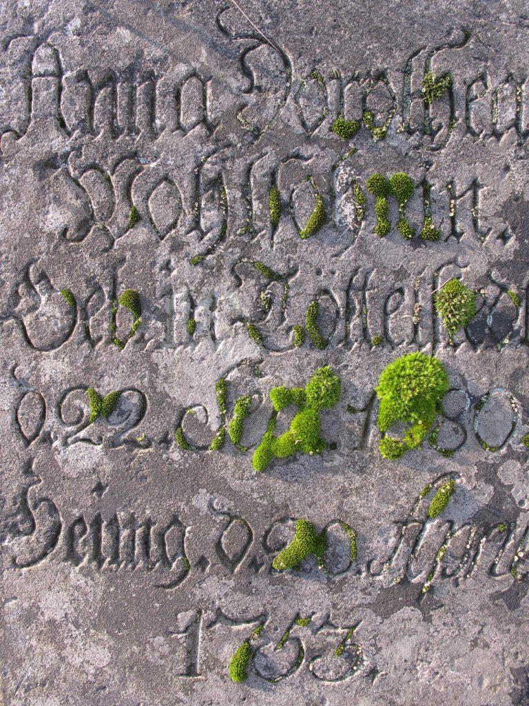 Inschrift eines alten Grabsteins